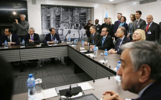 Ο πρόεδρος της Κυπριακής Δημοκρατίας Νίκος Αναστασιάδης και ο Τουρκοκύπριος ηγέτης Μουσταφά Ακιντζί, στο τραπέζι διαβουλεύσεων για το Κυπριακό, στη Γενεύη.