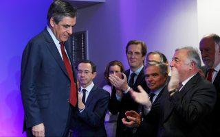Το βήμα απ' όπου απηύθυνε τις πρωτοχρονιάτικες ευχές του προς βουλευτές και δημοσιογράφους εγκαταλείπει επευφημούμενος ο υποψήφιος των κεντροδεξιών Γάλλων Ρεπουμπλικανών, Φρανσουά Φιγιόν. Ο υποψήφιος, που θεωρείται ο επικρατέστερος να διαδεχθεί τον Φρανσουά Ολάντ στην προεδρία, παρουσίασε χθες τις αδρές γραμμές της ευρωπαϊκής πολιτικής του. Προτεραιότητες της Ευρώπης για τον Φιγιόν πρέπει να είναι η ενίσχυση της άμυνας, της ασφάλειας και η σύσφιγξη της Ευρωζώνης, ενώ σύμφωνα με χθεσινές δηλώσεις συνεργατών του, θα μεταβεί στις 23 Ιανουαρίου στο Βερολίνο για συνομιλίες με την Αγκελα Μέρκελ.