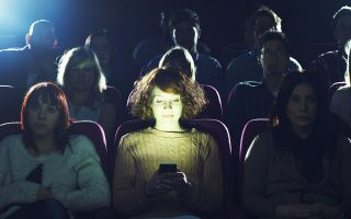 Kανένας δεν ενθουσιάζεται με την ιδέα ενός σινεμά με οθόνες που αναβοσβήνουν.