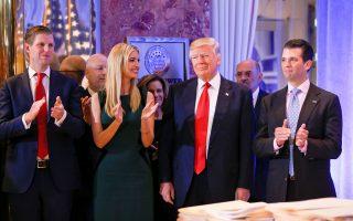 Ο νεοεκλεγείς πρόεδρος των ΗΠΑ Ντόναλντ Τραμπ, πλαισιωμένος από την κόρη του Ιβάνκα και τον γιο του Ερικ, λίγο πριν από τη χθεσινή συνέντευξη Τύπου.