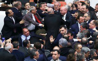 Με γροθιές και σπρωξιές διεκδίκησαν, τα ξημερώματα της Πέμπτης, μία θέση στο βήμα της τουρκικής Εθνοσυνέλευσης βουλευτές του κυβερνώντος AKP και της αξιωματικής αντιπολίτευσης, του CHP, κατά τη διάρκεια της τεταμένης συζήτησης για την πρόταση συνταγματικής μεταρρύθμισης με σκοπό τη διεύρυνση των εξουσιών του προέδρου. Ανώτατο στέλεχος της κοινοβουλευτικής ομάδας του AKP προειδοποίησε χθες ότι η χώρα θα οδηγηθεί σε πρόωρες εκλογές και σε νέα περίοδο αστάθειας, σε περίπτωση καταψήφισης της συνταγματικής μεταρρύθμισης.