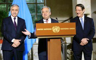 Ο γενικός γραμματέας του ΟΗΕ Αντόνιο Γκουτιέρες (κέντρο) δίπλα στον πρόεδρο της Κύπρου Νίκο Αναστασιάδη (δεξιά) και τον Τουρκοκύπριο ηγέτη Μουσταφά Ακιντζί, κατά τη διάρκεια συνέντευξης Τύπου μετά τη διάσκεψη για το Κυπριακό στη Γενεύη.