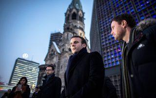 Στην πλατεία του Βερολίνου, τόπο της επίθεσης της 19ης Δεκεμβρίου, βρέθηκε την Τρίτη ο Εμανουέλ Μακρόν.