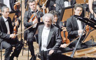 Σολίστ ο πιανίστας καθηγητής Δημήτρης Tουφεξής στο Πρώτο Kοντσέρτο για πιάνο του Mπραμς...