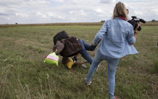 H τρικλοποδιά της Λάζλο σε μετανάστη, που κρατούσε μάλιστα παιδί στην αγκαλιά, όπως απαθανατίστηκε από διεθνή ΜΜΕ.