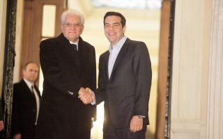 Θερμή χειραψία του Αλ. Τσίπρα με τον πρόεδρο της Ιταλικής Δημοκρατίας Σ. Ματαρέλα, χθες, στο Μαξίμου.