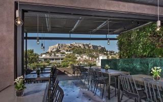 Το roof garden του Zillers Athens Boutique Hotel λειτουργεί ως καφέ και bar-restaurant συνδυάζοντας τις καθαρές γεωμετρικές γραμμές της κάτοψης με την καταπληκτική θέα στην Ακρόπολη και τους οικολογικούς πράσινους φυτεμένους τοίχους  © αρχιτέκτονες: Κώστας Βλαχογιάννης και Θάνος Μπαμπανέλος