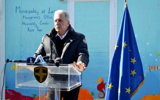 Ο επίτροπος Μετανάστευσης Δ. Αβραμόπουλος επισκέφθηκε προχθές τη Λέσβο για να εξετάσει από κοντά τα προβλήματα που έχουν προκύψει.