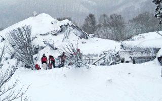 Διασώστες προσπαθούν να φτάσουν στο εσωτερικό του ξενοδοχείου «Ριγκοπιάνο», στη Φαριντόλα της Κεντρικής Ιταλίας, το οποίο καταπλακώθηκε από χιονοστιβάδα. Οι τριάντα ένοικοί του αγνοούνται, θαμμένοι κάτω από χιόνια και πέτρες, και όπως λένε τα μέλη των σωστικών συνεργείων, όσο κι αν φωνάζουν για τον εντοπισμό των θυμάτων, δεν λαμβάνουν καμία απάντηση. Δύο άτομα που διασώθηκαν βρίσκονταν τη στιγμή της τραγωδίας έξω από το ξενοδοχείο. Σύμφωνα με τους ειδικούς, οι απανωτοί σεισμοί και η έντονη χιονόπτωση ευθύνονται για τη χιονοστιβάδα. Σελ. 8