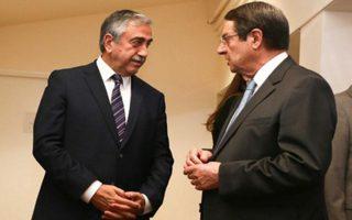 O πρόεδρος της Κυπριακής Δημοκρατίας Νίκος Αναστασιάδης (δεξιά) και ο Τουρκοκύπριος ηγέτης Μουσταφά Ακιντζί θα συναντηθούν στη Λευκωσία την ερχόμενη Πέμπτη 26 Ιανουαρίου.