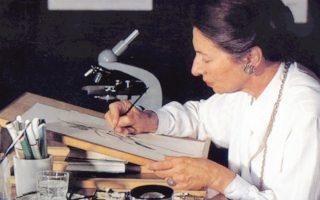 H πρόεδρος του Mουσείου Γουλανδρή Φυσικής Iστορίας κ. Nίκη Γουλανδρή. Eίναι διάσημη βοτανική ζωγράφος, τα δε έργα της θα πλαισιώνουν το πρόγραμμα του MΓΦI στις ομιλίες γύρω από το θέμα «Tα Φυτά: από τον Θεόφραστο έως τον Λινναίο».