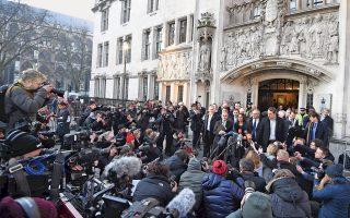 Η πρωθυπουργός Τερέζα Μέι δεν νομιμοποιείται να δρομολογήσει το Brexit αν δεν εξασφαλίσει προηγουμένως τη ρητή έγκριση του Κοινοβουλίου, αποφάνθηκε τελεσιδίκως χθες το Ανώτατο Δικαστήριο, απορρίπτοντας την έφεση της κυβέρνησης. Αν και δεν αναμένεται το βρετανικό κοινοβούλιο να αναιρέσει την απόφαση του δημοψηφίσματος, οι βουλευτές θα έχουν τη δυνατότητα να πιέσουν για τροποποιήσεις, ώστε να αποτραπεί η πλήρης αποξένωση της Βρετανίας από τις ευρωπαϊκές δομές. Στη φωτογραφία, η επιχειρηματίας Τζίνα Μίλερ, που πρωτοστάτησε στον δικαστικό αγώνα εναντίον της κυβέρνησης, σε δηλώσεις της έξω από το Ανώτατο Δικαστήριο.