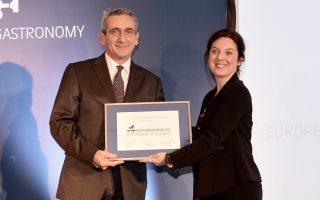 Ο κ. Γιώργος Χατζημάρκος παραλαμβάνει τη διάκριση από την εκπρόσωπο της Ευρωπαϊκής Επιτροπής κ. Σίλβια Ντράγκι.