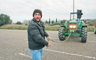 Αγρότες από το Λατίφι Αμαλιάδας κλείνουν περιοδικά την εθνική οδό Πύργου - Πατρών. Παράλληλα, από χθες με δυσκολία και από παρακαμπτηρίους γίνεται η κυκλοφορία στον αυτοκινητόδρομο Αθηνών - Θεσσαλονίκης λόγω του μπλόκου στον κόμβο της Νίκαιας, αλλά και στην περιοχή της Αρτας, όπου οι αγρότες έχουν κλείσει την εθνική οδό Ρίου - Ιωαννίνων, στον Αγιο Δημήτριο. Ταυτόχρονα, αυξάνεται η πίεση των αγροτών με στόχο να προσεγγίσουν τον συνοριακό σταθμό του Προμαχώνα, παρά την προσπάθεια της αστυνομίας να τους κρατήσει μακριά.