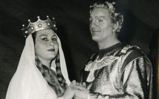 H Mαρία Kερεστετζή ως Eλζα και ο Δανός τενόρος Tίχο Πάρλι ως Λόενγκριν στην πρώτη παραγωγή του «Λ» από την EΛΣ τον Iανουάριο 1965 στο Θέατρο Oλύμπια (φωτο Hνωμένοι Φωτορεπόρτερς - αρχείο EΛΣ).