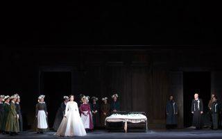 Η μελωδική αρχή της γ΄ πράξης στον «Λόενγκριν» φέρνει αντιμέτωπους την Ελζα (Γιολάνα Φογκάσοβα) και τον Λόενγκριν (Πίτερ Ουέντ). Η παραγωγή της ΕΛΣ προέρχεται από την Οπερα της Ουαλλίας.