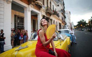 Επίδειξη μόδας στην οδό Πασέο ντελ Πράντο της Αβάνας, στην Κούβα, του εν ζωή ακόμα Κάστρο, τον Μάιο του 2016. Αέρας καπιταλισμού σε μια χώρα όπου μετά το 1966, όταν ξεθύμανε η επινίκια ατμόσφαιρα της επανάστασης, το καθεστώς άρχισε να σκληραίνει βαθμιαία τη στάση του.