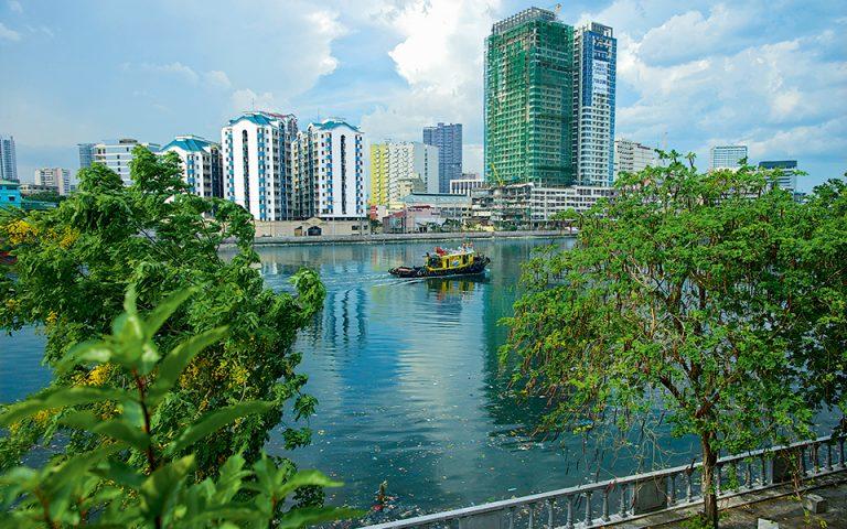 Ο ποταμός Pasig διασχίζει τη μεγαλούπολη, που αλλάζει με ιλιγγιώδη ταχύτητα. (Φωτογραφία: GETTY IMAGES/IDEAL IMAGE)