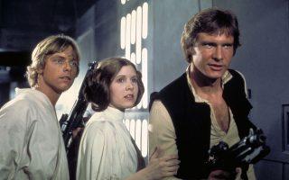 Η πριγκίπισσα Λέια  (Κάρι Φίσερ) ανάμεσα στον Λουκ Σκαϊγουόκερ (Μαρκ Χάμιλ) και τον Χαν Σόλο (Χάρισον Φορντ) στον «Πόλεμο των Αστρων», το 1977.