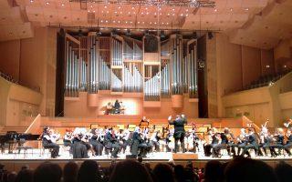 Στιγμιότυπο από τη συναυλία της Κρατικής Ορχήστρας υπό τον Μιχάλη Οικονόμου και τον Τιερί Εσκαΐς στο εκκλησιαστικό όργανο, λίγο πριν αυτό σιγήσει.