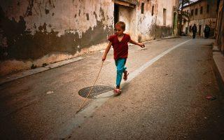 Ο 10χρονος Μοχάμεντ περνάει την ώρα του παίζοντας στους δρόμους των κατεχόμενων εδαφών, στο βόρειο μέρος της πόλης. Οι γονείς του εγκαταστάθηκαν εκεί μετά τα γεγονότα του '74. Η Λευκωσία έχει την ιδιαιτερότητα ότι είναι η μοναδική πρωτεύουσα στον κόσμο που παραμένει μέχρι σήμερα διχοτομημένη.