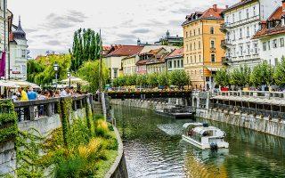 Η μεσαιωνική Παλιά Πόλη στις όχθες του ποταμού Λιουμπλιάνικα είναι δημοφιλής σε ντόπιους και επισκέπτες. (Φωτογραφία: SHUTTERSTOCK)