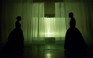 Στιγμιότυπο από «Το στρίψιμο της βίδας» σε σκηνοθεσία Δημοσθένη Παπαδόπουλου.