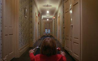 «Η Λάμψη»: ο μικρός Ντάνι συναντά για πρώτη φορά τα τρομακτικά φαντάσματα των δύο δολοφονημένων κοριτσιών.
