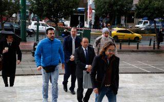 «Δεν υπάρχει τίποτα το ενοχοποιητικό για εμάς», επιμένουν οι οκτώ Τούρκοι αξιωματικοί που ζητούν άσυλο στην Ελλάδα και οι δικηγόροι τους συμφωνούν. Στη φωτογραφία, δύο από αυτούς ενώ προσέρχονται στον Αρειο Πάγο την περασμένη Τετάρτη.