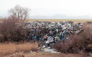 Τα σκουπίδια από την πολύμηνη παραμονή χιλιάδων μεταναστών και προσφύγων στην Ειδομένη δεν έχουν ακόμη πλήρως απομακρυνθεί, ενώ η περιοχή δεν έπαψε να αποτελεί παράνομη «πύλη» εισόδου στην ΠΓΔΜ και από εκεί στην Κεντρική και Βόρεια Ευρώπη. Καθημερινά οι Ελληνες αστυνομικοί συλλαμβάνουν 10 με 15 άτομα που προσπαθούν να περάσουν με τη βοήθεια διακινητών τα σύνορα ή δέχονται «επιστροφές» όσων συλλαμβάνονται από Σκοπιανούς φρουρούς. Μάλιστα, για την προσωρινή στέγαση των συλληφθέντων το κλιμάκιο της ΕΛ.ΑΣ. έχει στήσει θερμαινόμενα παραπήγματα. Σελ. 3