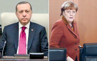 Ο Τούρκος πρόεδρος Ερντογάν επιζητεί από την Αγκελα Μέρκελ στήριξη στον πόλεμο με το ΡΚΚ, το συριακό PYD και την οργάνωση του Γκιουλέν. Η Αγκελα Μέρκελ επιδιώκει τη συνεχιζόμενη συνδρομή του Ερντογάν στη συγκράτηση των προσφυγικών ροών.