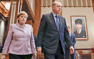 Αγκελα Μέρκελ, Ταγίπ Ερντογάν χθες στο προεδρικό μέγαρο στην Αγκυρα. Τα βλέμματα αποκλίνουν, το ίδιο και οι εκτιμήσεις για την ουσία της επίσκεψης. Στη Γερμανία, έτυχε μεγάλης προβολής η δήλωση της καγκελαρίου ότι «η αντιπολίτευση είναι αναπόσπαστο τμήμα της δημοκρατίας», ενώ στην Τουρκία «έπαιξαν» κυρίως οι δεσμεύσεις της για συνδρομή στην καταπολέμηση της τρομοκρατίας.