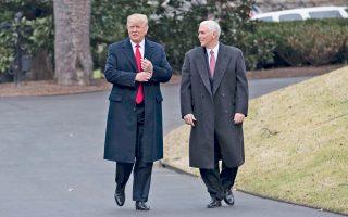 Ο πρόεδρος Ντόναλντ Τραμπ και ο αντιπρόεδρος Μάικ Πενς στον Λευκό Οίκο, καθώς ετοιμάζονται να συναντήσουν εκπροσώπους μεγάλων αμερικανικών επιχειρήσεων.