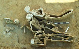 Χαρακτηριστική εικόνα των «δεσμωτών» στη νεκρόπολη Φαλήρου, με τα χέρια δεμένα στην πλάτη και θέση πρηνηδόν.
