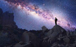 Ο χρόνος μοιάζει να παγώνει κάτω από τον έναστρο ουρανό. Οπως έχει ειπωθεί, όταν δεν σκεφτόμαστε τον χρόνο ξέρουμε τι είναι· όταν όμως αρχίζουμε να τον σκεφτόμαστε, ο νους στερεύει.