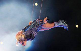 Η Lady Gaga αιωρείται, τραγουδάει, χορεύει, κάνει ό,τι θέλει με εντυπωσιακή ευκολία...