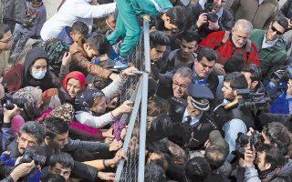 Ενταση επικράτησε χθες στο πρώην αεροδρόμιο του Ελληνικού κατά την επίσκεψη του υπουργού Μεταναστευτικής Πολιτικής Γιάννη Μουζάλα. Η πόρτα είχε κλείσει με λουκέτο, μετανάστες εμπόδιζαν την είσοδο και παιδιά από τον καταυλισμό σκαρφάλωναν στα κάγκελα φωνάζοντας συνθήματα. Εφτασε η αστυνομία και κατά τα επεισόδια ένας 15χρονος Αφγανός τραυματίστηκε από αστυνομικό. Από προχθές το πρωί, περίπου 30 άτομα έχουν αρχίσει απεργία πείνας. Ο κ. Μουζάλας δήλωσε ότι είναι η τρίτη φορά που πραγματοποιείται προσπάθεια κατάληψης και υποκινούμενη απεργία πείνας στη συγκεκριμένη δομή.
