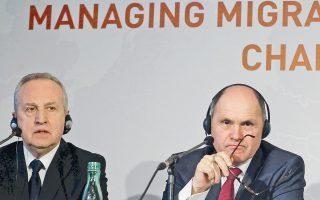Ο αναπλ. ΥΠΕΣ της Ουγγαρίας Καρόλι Κοντράτ και ο ΥΠΕΣ της Αυστρίας Βόλφγκανγκ Σομπότκα κατά τη συνέντευξη Τύπου στη Βιέννη.