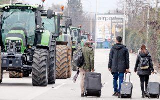 Στα «Πράσινα Φανάρια» οι αγρότες προχώρησαν σε καθιστική διαμαρτυρία χθες το απόγευμα, αποκλείοντας τη μοναδική παρακαμπτήριο που οδηγεί στο αεροδρόμιο «Μακεδονία». Η κίνησή τους προκάλεσε μεγάλη ταλαιπωρία στους ταξιδιώτες, οι οποίοι αναγκάστηκαν να προσεγγίσουν πεζή το αεροδρόμιο. Σήμερα πραγματοποιείται συνάντηση των αγροτών του μπλόκου της Νίκαιας με κυβερνητικό κλιμάκιο, κάτι που επιδιώκει και η επιτροπή Κεντρικής Μακεδονίας. Την ίδια στιγμή, ενισχύεται το μπλόκο στους Ευζώνους και συνεχίζονται τα μπλόκα σε Δυτική Μακεδονία, Λάρισα, Αχαΐα και Αιτωλοακαρνανία.