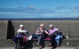 Τα εισοδήματα των νοικοκυριών των συνταξιούχων στη Βρετανία, λόγω υψηλής απόδοσης των συνταξιοδοτικών προγραμμάτων, για πρώτη φορά τα τελευταία χρόνια ξεπερνούν τα αντίστοιχα των εργαζομένων, οι οποίοι υπέστησαν μείωση μισθών.