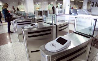 Τα νέα μηχανήματα επικύρωσης του ηλεκτρονικού εισιτηρίου στον σταθμό του μετρό «Πανεπιστήμιο». Ο ΟΑΣΑ έχει εγκαταστήσει μπάρες σε 17 σταθμούς και το νέο σύστημα αναμένεται να λειτουργήσει τον Ιούνιο, όμως με παράλληλη ισχύ και του χάρτινου εισιτηρίου. Στόχος, ο μηδενισμός της εισιτηριοδιαφυγής, καθώς οι επιβάτες δεν θα μπορούν να προσεγγίσουν τις αποβάθρες χωρίς να έχουν επικυρώσει το εισιτήριό τους. Θα εκδίδεται σε δύο τύπους, το μεμονωμένο και το πολλαπλών χρήσεων που θα αντιστοιχεί στις σημερινές κάρτες απεριορίστων διαδρομών.