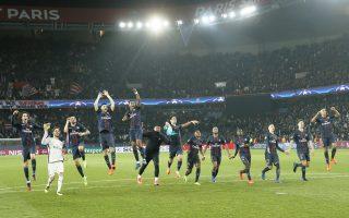 Οι παίκτες της Παρί Σεν Ζερμέν πανηγυρίζουν μετά τον θρίμβο τους επί της Μπαρτσελόνα.