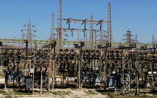 Αυτήν την περίοδο, πέρα από το κεντρικό μέτωπο ΔΕΗ - ιδιωτών, παράλληλα κινούνται ένα ακόμη μέτωπο μεταξύ φωτοβολταϊκών παραγωγών και ΕΒΙΚΕΝ (Ενωση Ενεργοβόρων Βιομηχανιών) με αιχμή το μέτρο της διακοψιμότητας και ένα ευρύτερο μέτωπο μεταξύ προμηθευτών ηλεκτρικής ενέργειας (ιδιωτών και ΔΕΗ) και παραγωγών ΑΠΕ.