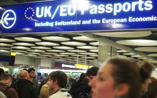 Πριν από λίγα χρόνια, η Βρετανία ήταν ο δημοφιλέστερος προορισμός για Ευρωπαίους εργαζομένους. Πλέον τα πράγματα αλλάζουν και όλα δείχνουν ότι η χώρα οδηγείται σε ένα «σκληρό» Brexit. Οπότε, ολοένα και πιο συχνά οι Ευρωπαίοι εργαζόμενοι στη Βρετανία θα τσεκάρουν το εισιτήριο της επιστροφής.