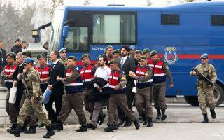 Υπό δρακόντεια μέτρα ασφαλείας μετήχθησαν χθες ενώπιον δικαστηρίου στην πόλη Μούγλα της Μαρμαρίδας στη Ν.Δ. Τουρκία περισσότεροι από 40 απότακτοι πλέον Τούρκοι στρατιωτικοί, οι οποίοι κατηγορούνται για απόπειρα δολοφονίας του προέδρου Ταγίπ Ερντογάν κατά τη διάρκεια του πραξικοπήματος του περασμένου Ιουλίου. Οι κατηγορούμενοι εισέβαλαν τη νύχτα της 15ης Ιουλίου σε πολυτελές θέρετρο της Μαρμαρίδας, όπου παραθέριζε ο πρόεδρος Ερντογάν και μέλη της οικογενείας του. Ο Τούρκος πρόεδρος, όμως, είχε προλάβει να διαφύγει.