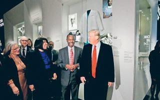 Στη φωτογραφία, ο Αμερικανός πρόεδρος επισκέπτεται μουσείο αφιερωμένο στην ιστορία των μαύρων, στην Ουάσιγκτον, έχοντας στο πλευρό του τον νευροχειρουργό Μπεν Κάρσον, τον οποίο προορίζει για το υπουργείο Οικισμού και Αστικής Ανάπτυξης.