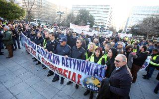 Αστυνομικοί, πυροσβέστες και λιμενικοί συγκεντρώθηκαν αρχικά χθες στην πλατεία Συντάγματος.