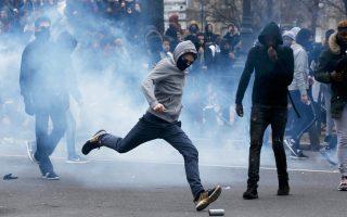 Βλήμα δακρυγόνου κλωτσάει στην Πλας ντε λα Νασιόν αυτός ο νεαρός διαδηλωτής, στο περιθώριο μη εγκεκριμένης πορείας μαθητών λυκείων στο κέντρο του Παρισιού κατά της αστυνομικής βίας. Γάλλοι μαθητές απέκλεισαν χθες με ογκώδη αντικείμενα τις εισόδους 16 λυκείων της πρωτεύουσας, προτού διαδηλώσουν κατά της αστυνομίας, με αφορμή την υπόθεση βιασμού με κλομπ 22χρονου συλληφθέντος από αστυνομικούς στις αρχές του μήνα. Τέσσερις αστυνομικοί αντιμετωπίζουν βαρύτατες κατηγορίες για το περιστατικό.