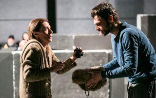 Η Πέγκυ Τρικαλιώτη και ο Γιώργος Παπαγεωργίου βουτούν στο κακό, όπως επιτάσσει το έργο του Τολστόι.