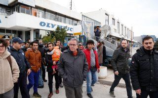 Φωτογραφία από την σημερινή επίσκεψη του κ. Μουζάλα στο κέντρο φιλοξενίας προσφύγων και μεταναστών στο Ελληνικό